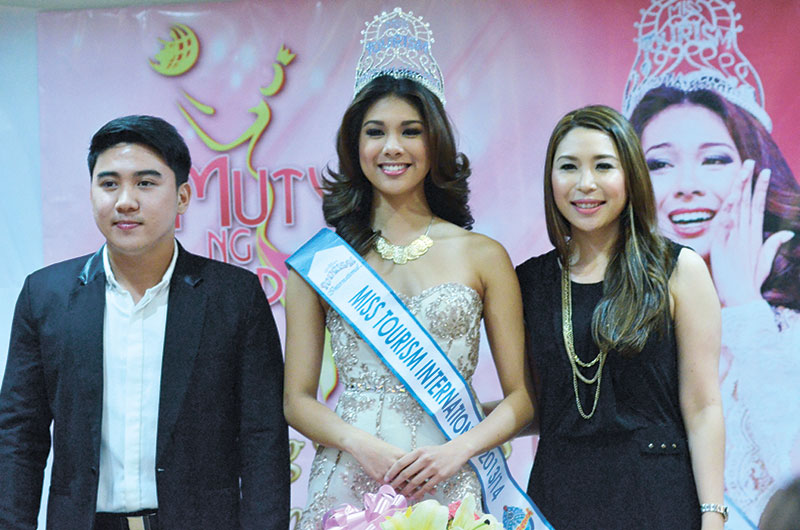 Angeli Dione Gomez together with Mutya Ng Pilipinas Inc.'s board member, Jefferson Tan, and MNP Inc.'s president, Jacqueline Tan at her homecoming's press conference.