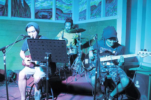 REGGAE A LA UKELELE. Isser Libres, Paul Caca and Marco Kumar play reggae music with a ukulele vibe.