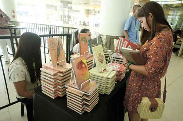 BOOKS. A lover of the written word checks out books on display at the Cebu Literary Festival 2014. The event was held at the Ayala Center Cebu last June 27. (Sun.Star Photo/Ruel Rosello)