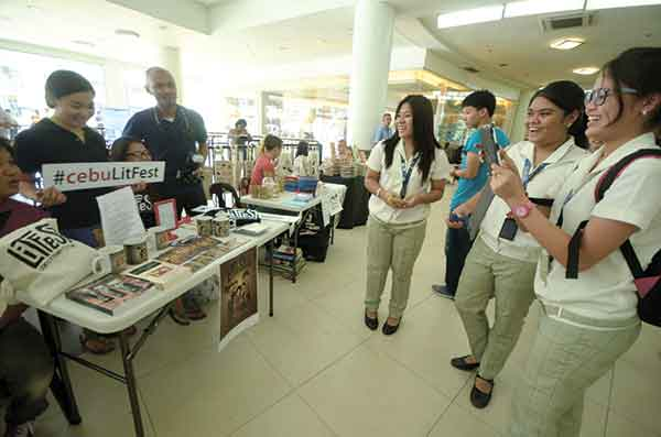 #CEBULITFEST. During one of the breaks (the CebuLitFest ran from 10:30 a.m. to around 9 p.m.), students check out souvenir tote bags, mugs, fridge magnets and other merchandise, apart from taking the obligatory hashtag pics. (SUN.STAR FOTO/RUEL ROSELLO)