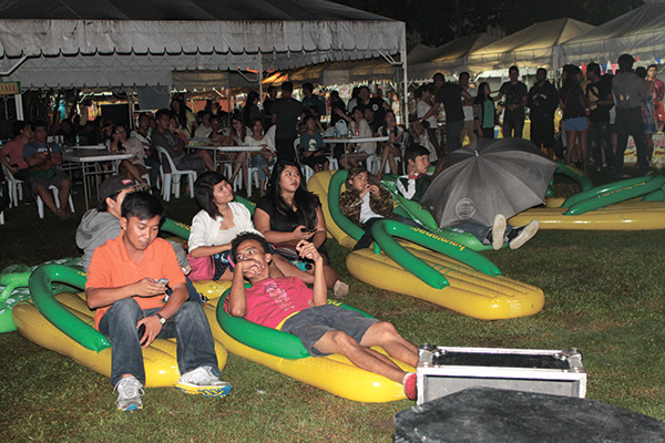 Some guests and patrons opted to chill out on the Havaianas balloon beds and watch the movie screening, as others went to dine and shop.