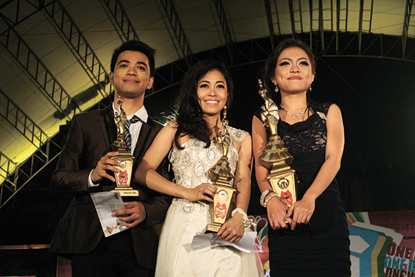 TOP 3. Sinulog Idols (from left) second runner-up Charlie Sumalinog, first runner-up Joie Lyn Catamora, and grand champion Kristina Cassandra with their trophies and prize winnings.