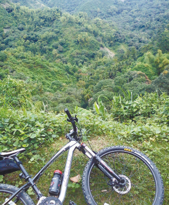 MOUNTAIN OR ROAD? Wherever your bike may take you, chances are you'd come face to face with some relaxing, if not breathtaking, scenery. Such is the beauty  of riding the bike. (FOTO/N.S. VILLAFLOR)