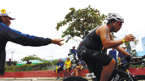 RACE OR LEISURE? A participant in a triathlon held in Cebu in 2013 gets needed rehydration. Whether its for competitive racing or for leisure, biking can be a rewarding outdoor experience. (FOTO/N.S. VILLAFLOR)