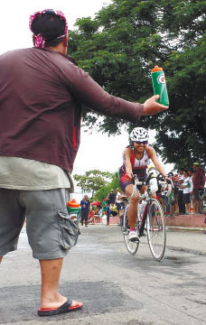FUN IN THE SUN. A participant in a triathlon in Cebu in 2013 manages to beam the widest of smiles. (FOTO/N.S. VILLAFLOR)