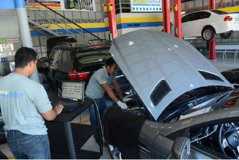 Technicians of Eurotechnik Auto Parts & Services doing the diagnostics on a Mercedez Benz unit.