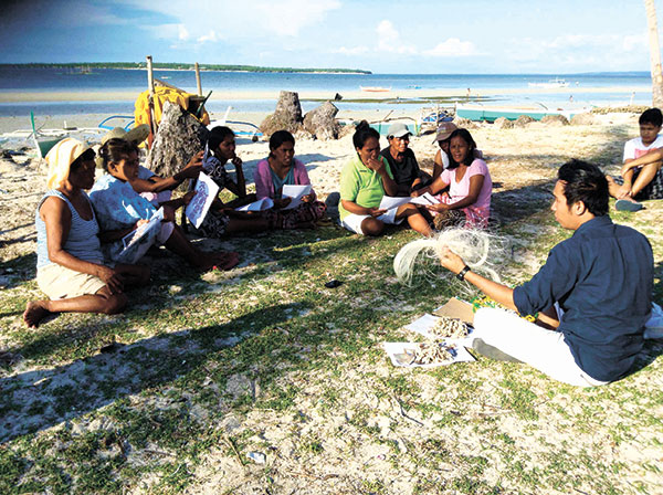 TRASHION IN BANTAYAN. To help make socially responsible economies, YLC volunteers teach Bantayan folk how to design and create products such as fashion accessories and home accents out of shells, plastics and straws. (CONTRIBUTED FOTO)