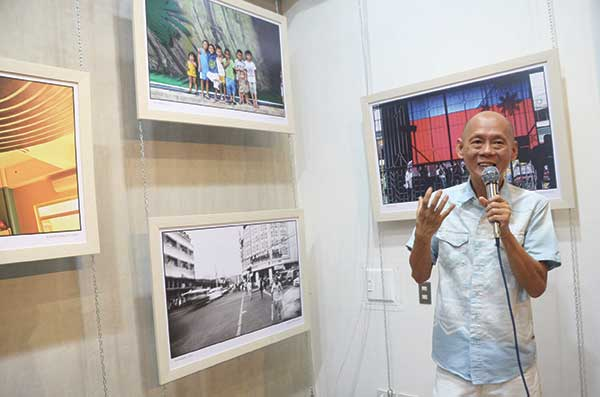 "ONE-MAN SHOW. Robert Pableo ""Bob"" Lim talks about his photographic art at the opening of his one-man exhibit ""Here"" staged at Ultra Digital Imaging in Archbishop Reyes Ave. in Cebu City. (Weekend photo/Ruel Rosello)"