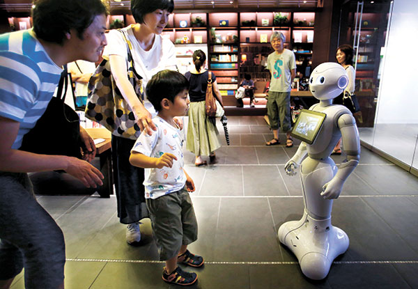 CAN WE KEEP YOU? A family tries to talk to Pepper at a store in Tokyo. (AP FOTO)