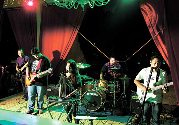 THIS IS SNÜBEAR. Turning oft-ignored everyday subtleties or anecdotal situations into something that lingers, Snübear writes awesome songs and plays them just as beautifully, the way they did during their album launch at The Monastery last June 27.