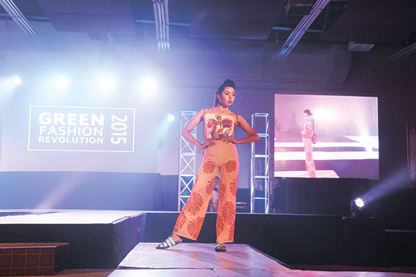 WINNING WALK. Sporting a stunning tropical-inspired theme, a Cebu Institute of Technology-University (CIT-U) student takes center stage at the Aboitiz Green Fashion Revolution 2015. CIT-U was this year's Aboitiz Green Fashion Revolution grand prize winner.