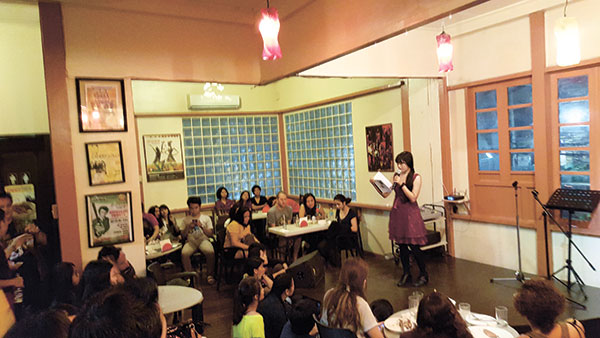MONTHLY INK. Tiny Diapana reading a poem in last month's literary event held by Tinta, UP Cebu's creative writing organization. Tinta holds monthly poetry readings in Handuraw Events Cafe on Gorordo Ave., with the next event slated on Nov. 28.