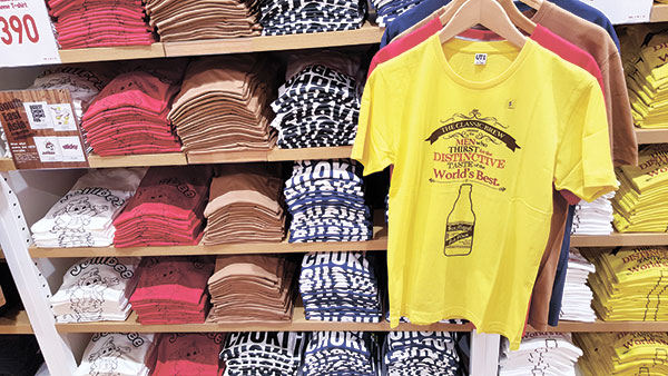 TEE SURPRISE. Iconic Filipino images like those of a food chain mascot and a classic brew are among the designs that catch the eye of Cebuano shoppers in Uniqlo's first store in Cebu.
