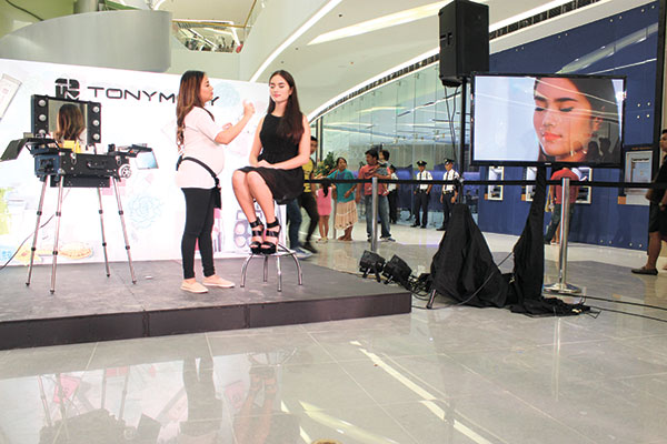 Professional Makeup Artist and Youtube Blogger Noe Mae Villagonzalo demonstrates makeup techniques on a Tony Moly model during the Tony Moly launch. Inset: After the demo.