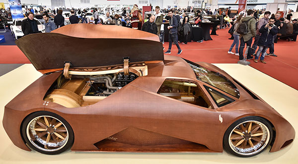 """WOODEN CAR. Visitors look at the wooden """"splinter"""" car at the Motor Show in the city of Essen, Germany. Constructor Joe Harmon from the United States worked five years on the vehicle, that uses wood in every possible application, the engine is a V8 aluminum block. Europe's leading fair for performance vehicles showed unique cars and tuning options earlier this month at the fair halls in Essen. (AP PHOTO)"""