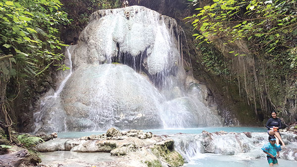 KING'S CROWN OF AGUINID FALLS. (Below left) Located on the fifth level, the King's Crown is the crown jewel of the famous Aguinid Falls, whose calcite-rich water is responsible for the amazing rock formations and fossilized matter that can be found all the way to the eight level.