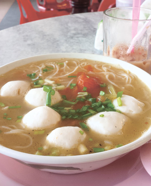 Plump fishball noodles and milk tea at a roadside Chinese eatery in Kota Marudu, Sabah