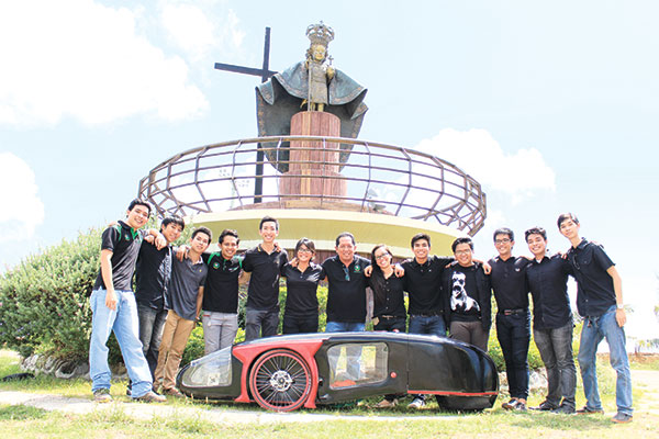 MADE IN CEBU. Members of Team Lahutay 4 with their green go-kart entry at the South Reclamation Project. Team Lahutay 4 and Team HandosSugbo 2 are composed of upper level BS Mechanical Engineering Students of the University of San Carlos. (Photo by Kerstein Kylle Despi)