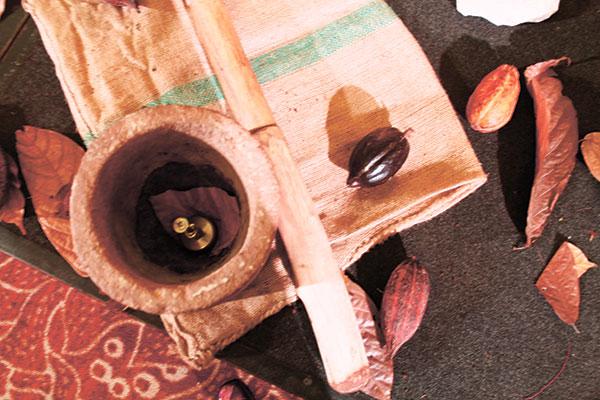 What Raquel Choa uses to make cocoa or tablea.