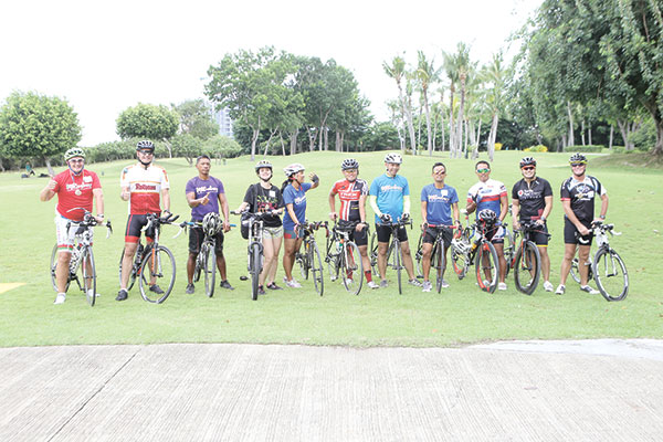 GM René Egle together with the Shangri-La team and bike enthusiasts