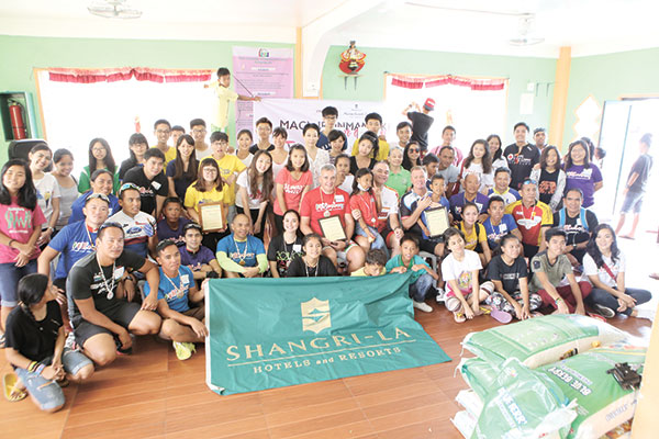 The Shangri-La family together with volunteers and the children of Children's Haven