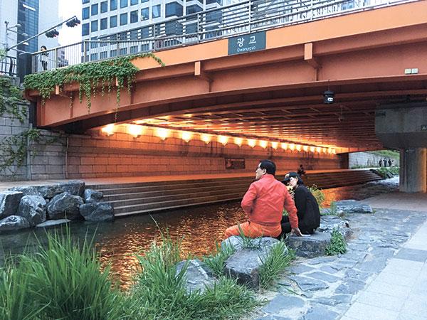 Lovers in Cheonggyecheon Stream